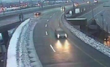 Video: ASV automašīna nokrīt no viadukta