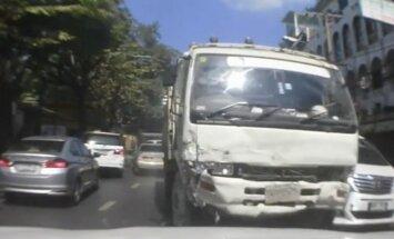 Video: Taizēmē no policijas bēgošs autovadītājs apskādē 41 mašīnu