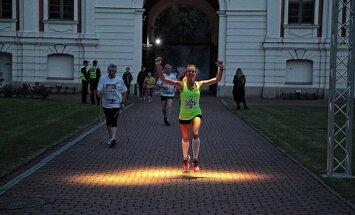 Foto: Nakts pusmaratons Jelgavā pulcē rekordlielu dalībnieku skaitu