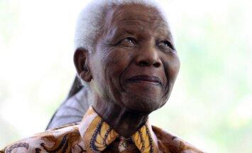 Mandela izrakstīts no slimnīcas un atgriezies mājās