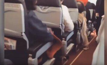 Video: Tehniskas ķibeles dēļ lidmašīna gaisā kratās kā veļas mazgājamā mašīna