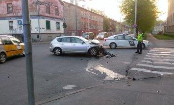 Foto: Auto paliek uz sāniem pēc avārijas Jāņa Asara ielā
