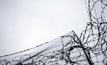 Minskā sienas gleznojums par draudzību ar Maskavu papildināts ar dzeloņdrātīm