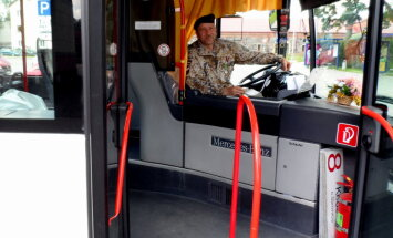 Foto: Valmieras pilsētas autobusu stūrē šoferis zemessarga formā