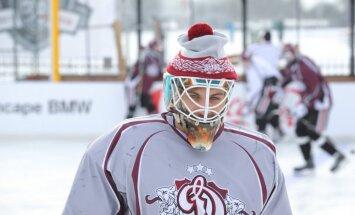 Foto: Rīgas 'Dinamo' izmēģina atklāto laukumu pirms 'Winter Ice Break' spēles
