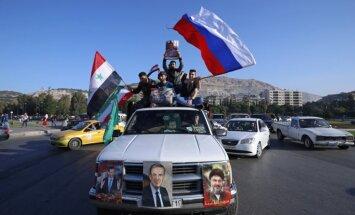 Foto: Sīrijā protestē pret ASV un tās sabiedroto raķešu triecienu