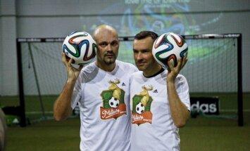Foto: 'Prāta vētra', Koliņko un Bulvītis iemēģina Pasaules kausa bumbu 'brazuca'