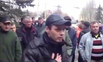 Video: Par neapdomīgu izrunāšanos prokrieviskie aktīvisti piekauj savējo