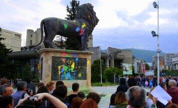 Foto: Maķedonijas jaunieši sarīko īstu krāsaino revolūciju
