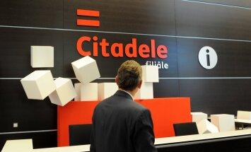 """""""Citadele bankas"""" valdes priekšsēdētājs, """"Parex bankas"""" padomes priekšsēdētājs Juris Jākobsons atklāj jaundibinātās AS """"Citadele banka"""" zīmolu AS """"Parex bankas'' ēkā Republikas laukumā."""
