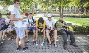 Foto: Kā jaunieši Bastejkalnā pokemonus tvarsta