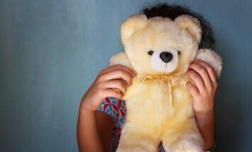 Kā rīkoties, ja publiskā vietā redzi iekaustām svešu bērnu