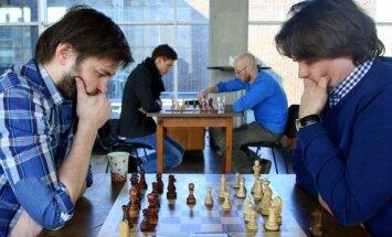 Foto: Teātru režisori un aktieri metas spraigā šaha cīņā