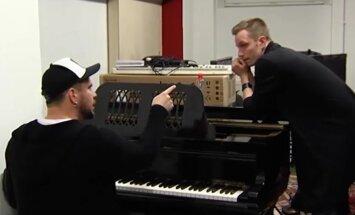 Пацан играет на пианино писюном видео