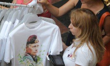 Maskavas iedzīvotājus aicina apmainīt ārzemju kreklus pret jauniem 'prokrieviskiem' krekliem