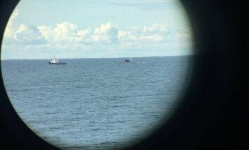 Foto: Somijas līcī Krievijas zemūdene pavada pasažieru kuģi