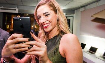 Foto: Pašmāju slavenības pirmās novērtē jaunos 'iPhone'