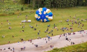 Foto: Kā brīvdienās virs Saldus gaisa baloni lidoja