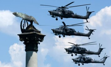Video: Krievijas iznīcinātāju un helikopteru piloti demonstrē prasmes Krimā