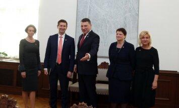 Prezidents un 'Saskaņa' atrod kopsaucēju – 'sarkanās līnijas' nav nekas labs, pauž Dombrovskis