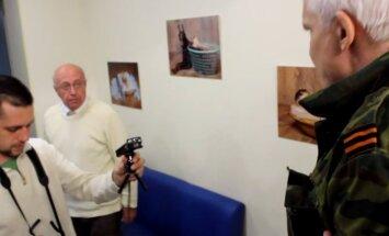 Video: Donbasa kaujinieki sakašķējas ar krievu politologu par ieroču piegādēm no Krievijas