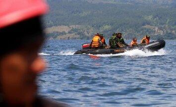 Foto: Indonēzijā turpinās meklēšanas darbi prāmja katastrofas vietā