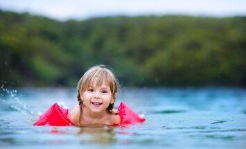 Peldētāju niezei raksturīgie izsitumi neapdraud cilvēku dzīvību, uzsver bērnu infektoloģe