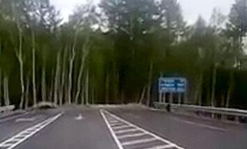 Video: Krievijā jauns lielceļš pēkšņi beidzas mežā; noticis daudz avāriju