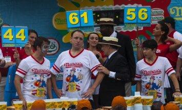 Video: Vairākkārtējs hotdogu ēšanas čempions bildina draudzeni un norij 61 hotdogu