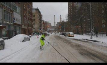 Video: Ņujorkietis ar 'snova' dēli laižas pa automašīnu pilnajām ielām
