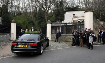 Foto: Privātā bēru ceremonijā tuvinieki atvadās no Džordža Maikla