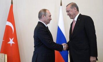 Erdogans Sanktpēterburgā nodēvē Putinu par 'savu dārgo draugu'