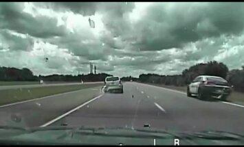 Video: ASV policisti lielā ātrumā uz lielceļa taranē zagļus