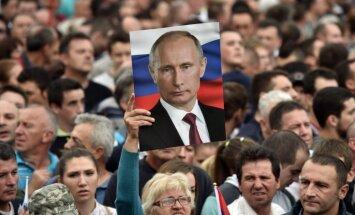 Foto: Serbija izolēto Putinu sveic kā varoni