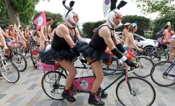 Krāšņi kadri: Londonu šturmē pliki riteņbraucēji