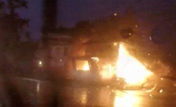 Video: ASV automašīna uzspridzina māju