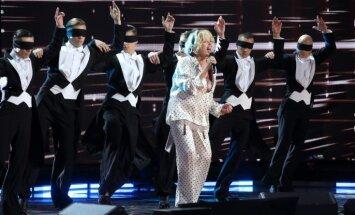 Naktstērpā uz skatuves? Modes kritiķi vētī Laimas Vaikules 'Amoralle' tērpu