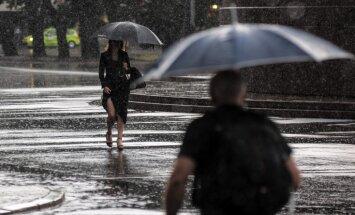 Piektdien brāzmains vējš atnesīs lietusgāzes