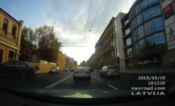 Video: Aculiecinieks pamana vairākus satiksmes noteikumu pārkāpējus Brīvības ielā