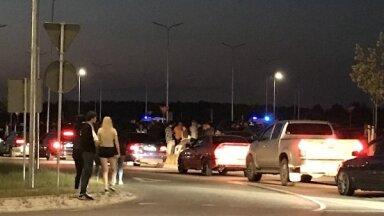 Foto: Ballīte bez pandēmijas – naktī stāvlaukums Piņķos pilns automašīnu un cilvēku