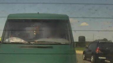 Video: Dzērājšoferis pakaļdzīšanās laikā Jēkabpilī taranē policijas patruļmašīnu