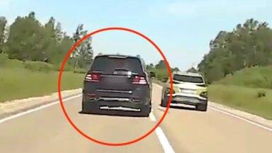 Video: 'Mercedes-Benz' vadītājs traucas ar ātrumu 169 km/h un izpelnās sodu