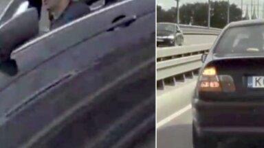 Video: Uz Salu tilta BMW apsteidz un apzināti bremzē 'Tesla' elektromobiļa priekšā