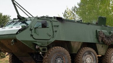 Foto: Prezentē Somijas uzņēmuma 'Patria' ražoto 6x6 transportlīdzekļa prototipu
