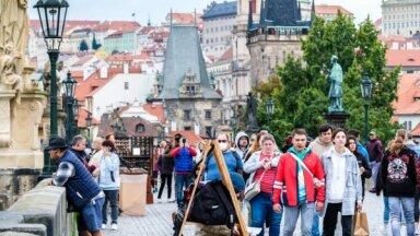 Foto: Prāgu atkal sāk piepildīt tūristi