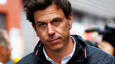 'Mercedes' vadītājs brīdina 'Red Bull': cimdi ir nomesti