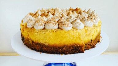 Ceptā jogurta kūka ar burkānu biskvītu un kokosriekstu putukrējumu