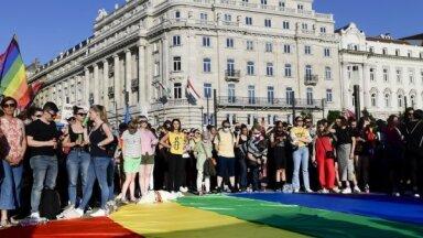 Latvija un vēl 12 ES valstis pauž bažas par homoseksuāļus diskriminējošo Ungārijas likumu