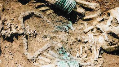 Vikingi mirušam zemgalim norauj galvu – apbedīšanas tikumi senajā Latvijā