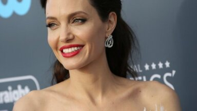 ФОТО: Анджелина Джоли снялась обнаженной для обложки модного журнала